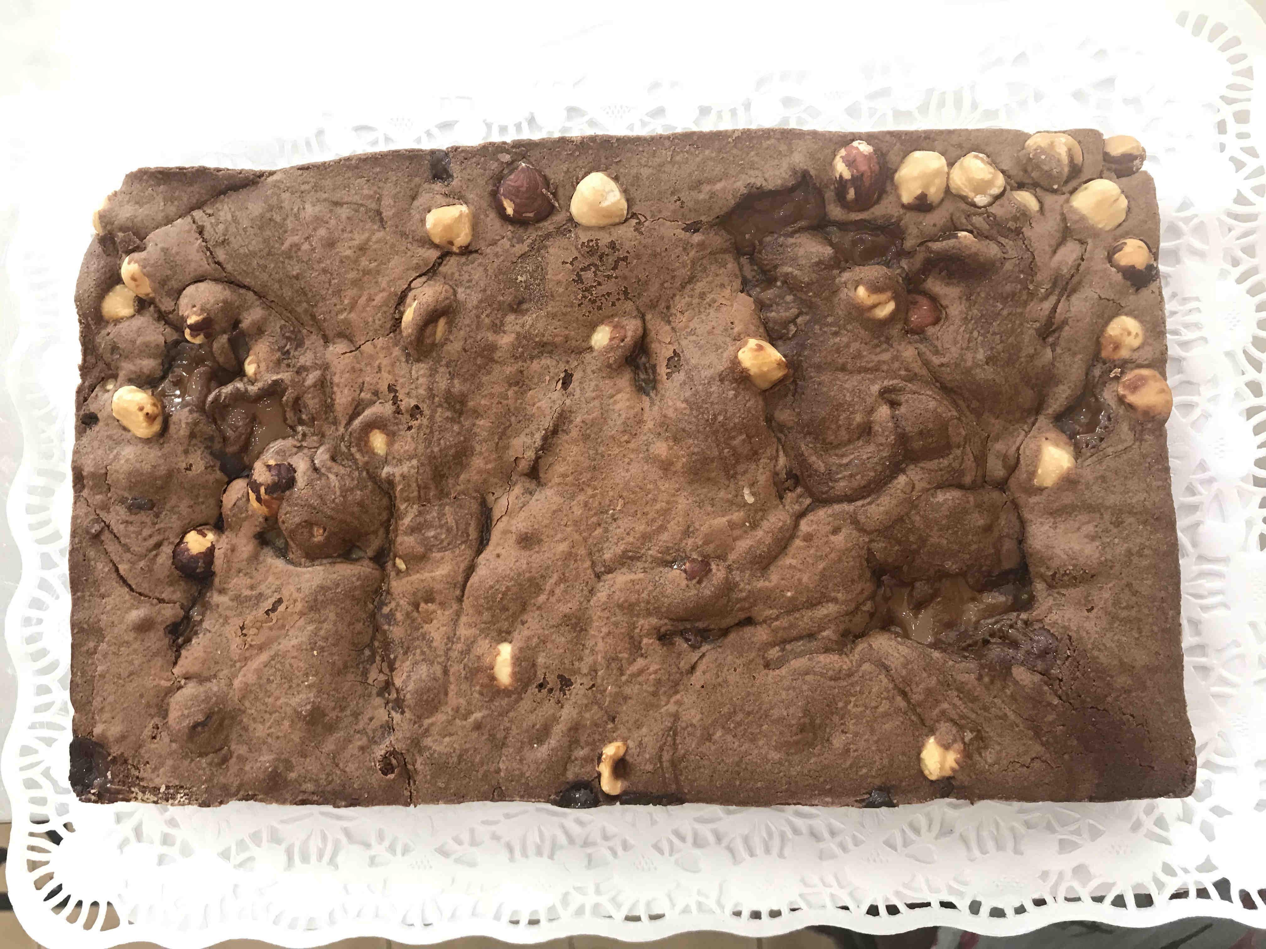 Tarta de Brownie con dulce de leche y avellanas